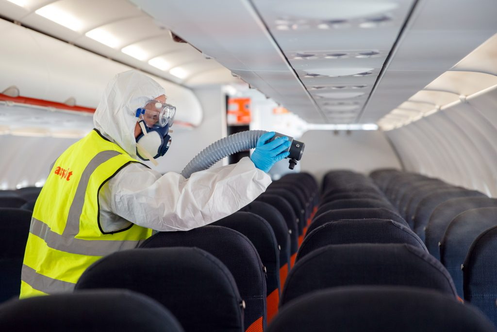 Limpieza de un avión de Easyjet durante la pandemia de la COVID-19.