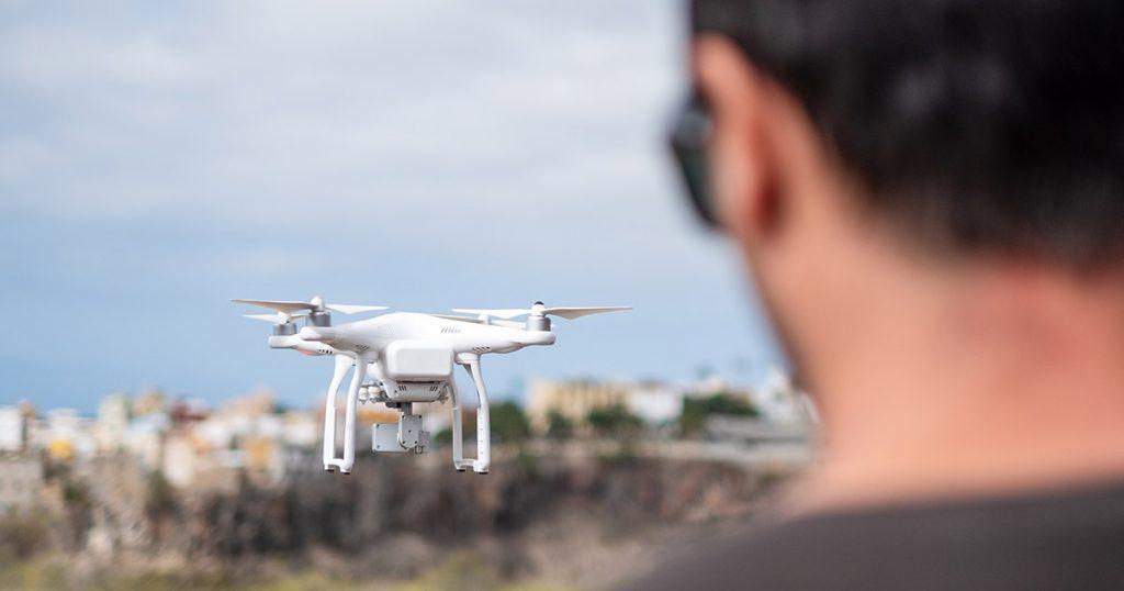 Piloto operando un dron.