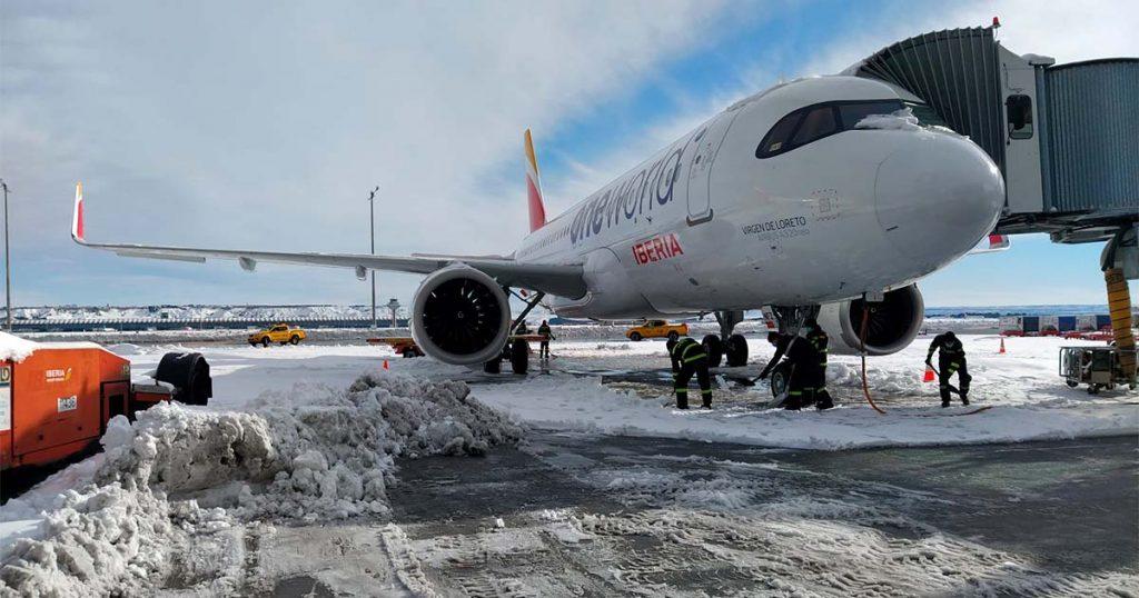Imagen de un avión de Iberia en la nevada caída sobre Madrid-Barajas