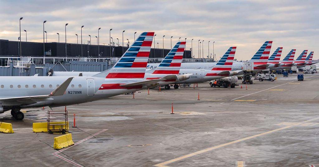 Fotografía de aviones de American Airlines estacionados en el aeropuerto de Chicago.